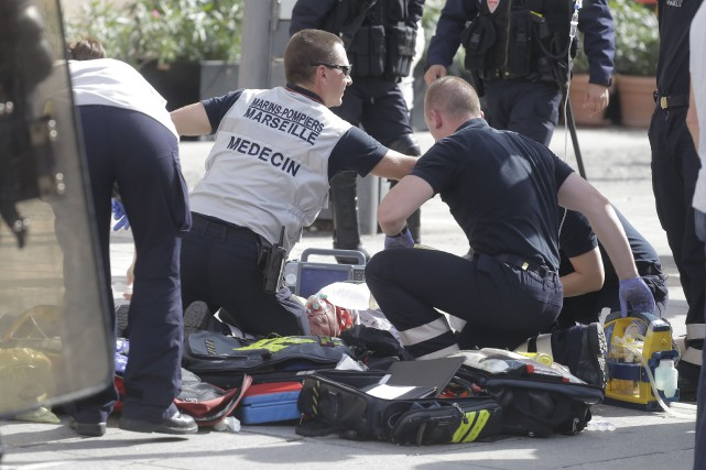 Plusieurs personnes ont été blessés samedi dans des... (AP, Laurent Cipriani)