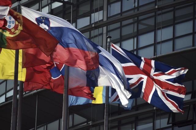 Le drapeau britannique flottant au milieu des autres... (Agence France-Presse)
