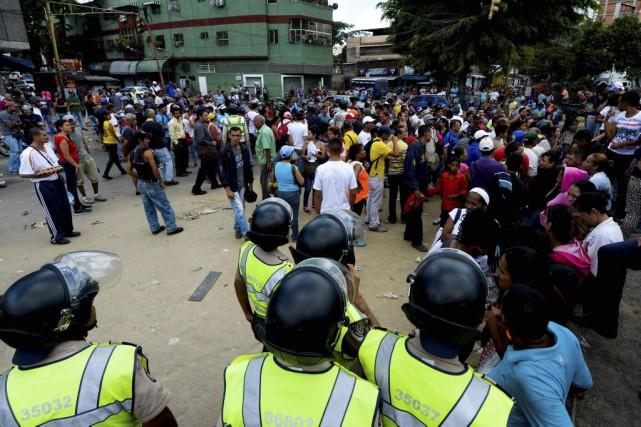 Samedi, à Catia, des centaines de personnes faisaient... (PHOTO FEDERICO PARRA, AFP)