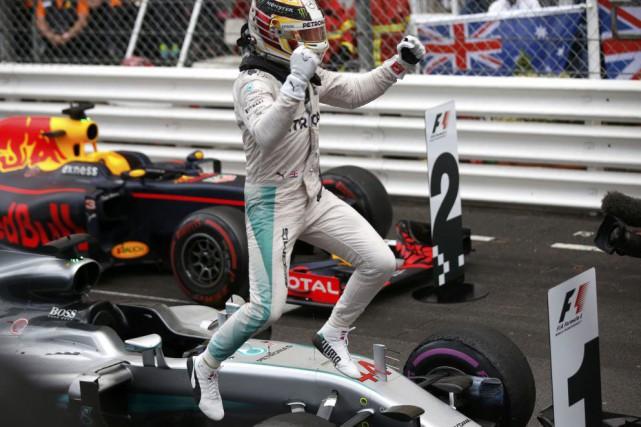 Lewis Hamilton a sauté de joie à sa... (ERIC GAILLARD, REUTERS)