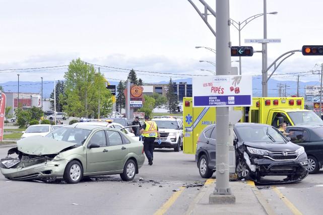 La collision impliquant trois voitures, dont un véhicule... (Photo Le Progrès-dimanche, Rocket Lavoie)