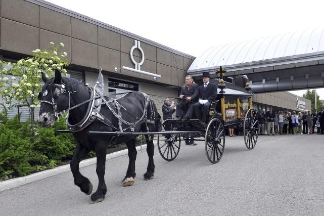 Brigitte Deschênes a fait venir la carriole funéraire... (Photo Le Progrès-dimanche, Rocket Lavoie)
