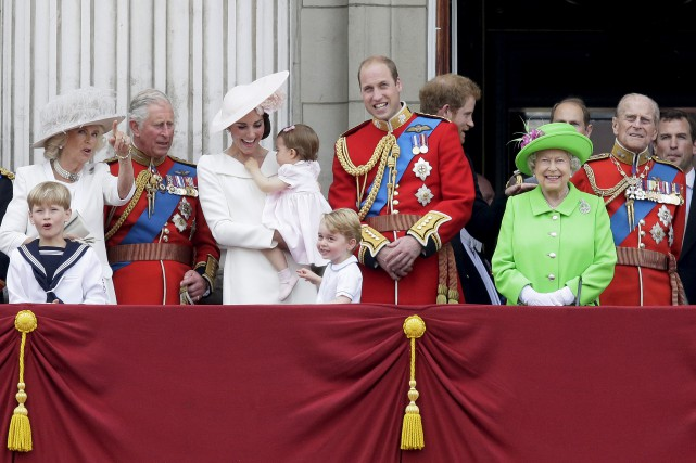 La reine Élizabeth II, vêtue d'un ensemble vert... (AP, Tim Ireland)