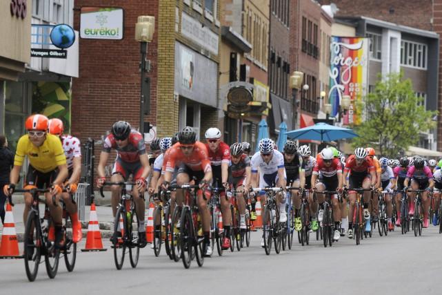 Les coureurs de Silber Pro (en orange et... (Photo Le Progrès-dimanche, Mariane L. St-Gelais)