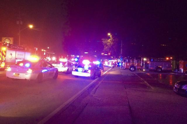 Plusieurs policiers sont présents autour du bar Le... (Photo Agence France-Presse/Police d'Orlando)