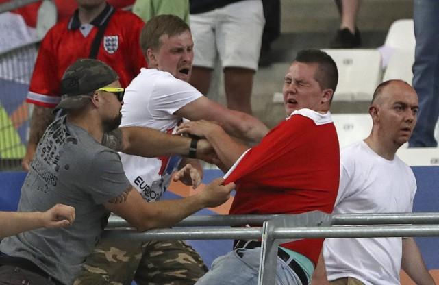 Des partisans russes et anglais en sont venus... (PHOTO THANASSIS STAVRAKIS, ASSOCIATED PRESS)