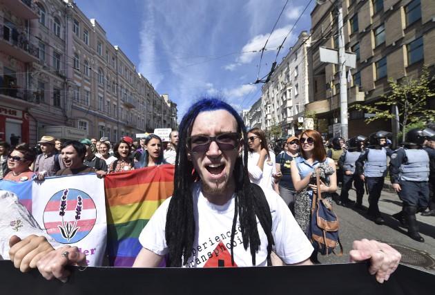Nombre de participants portaient des drapeaux arc-en-ciel ou... (AFP, Sergei Supinsky)