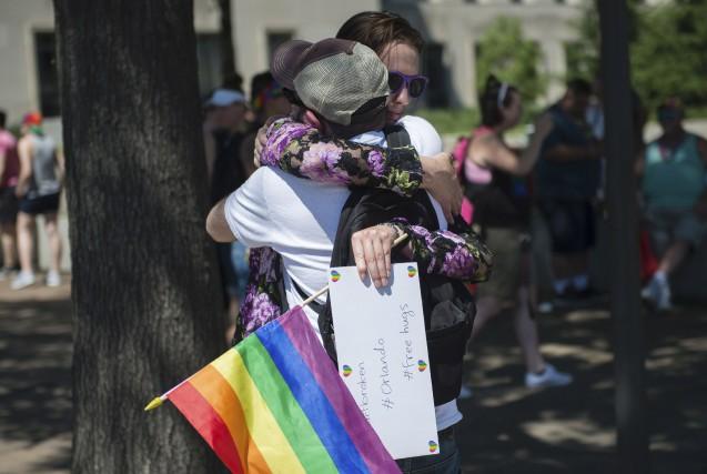 Des gens se réconfortaient à Washington à la... (AFP, ANDREW CABALLERO-REYNOLDS)