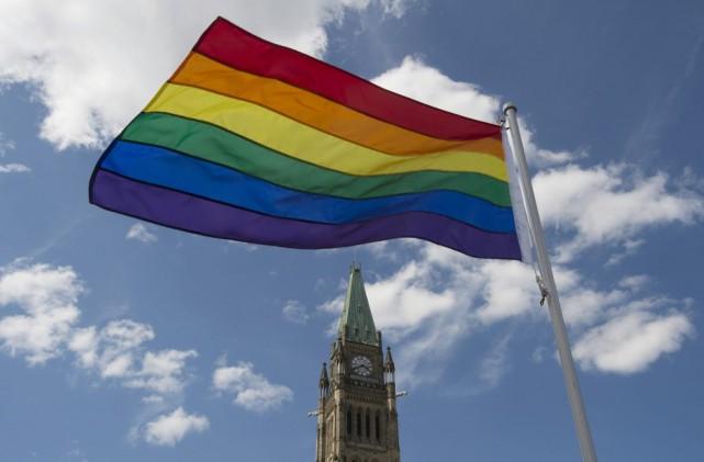 Le drapeau de la fierté gaie flotte sur... (PHOTO ADRIAN WYLD, ARCHIVES PC)