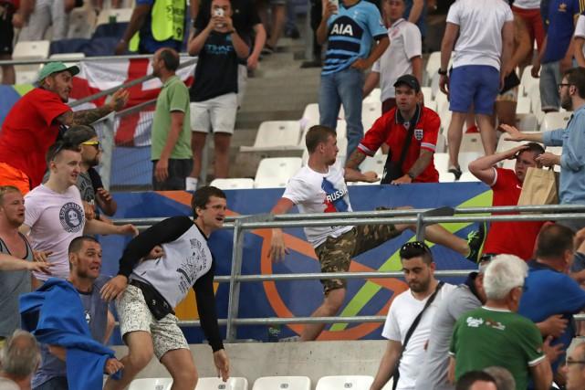 L'UEFA, qui gère l'Euro-2016, a menacé l'Angleterre et... (PHOTO Thanassis Stavrakis, AP)