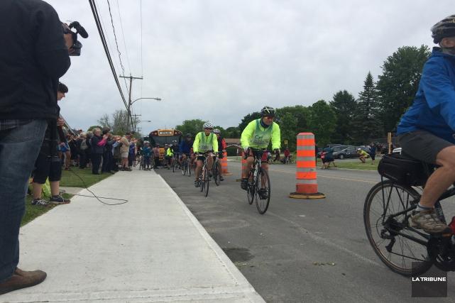 Un total de quelque 120 cyclistes et marcheurs... (La Tribune, Charles Beaudoin)
