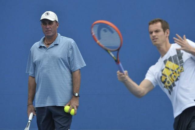 Andy Murray (à droite) a recommencé à s'entraîner... (Archives, AFP)