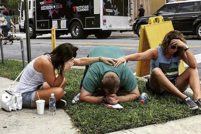 Des gens se recueillant près des lieux de... (AFP tirée du profil instagram de @the_pixel_trappa)