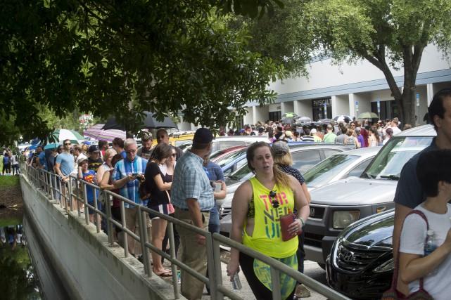Des centaines de personnes faisaient la file à... (AP, Zack Wittman)