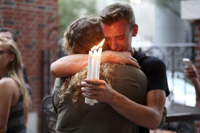 Brett Morian réconforte une jeune femme avec qui... (AP, Joshua Lim)