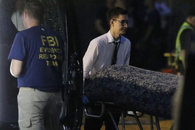 Des dizaines de corps ont été retirés au cours des dernières heures de la boîte... (Photo Jim Young, Reuters)