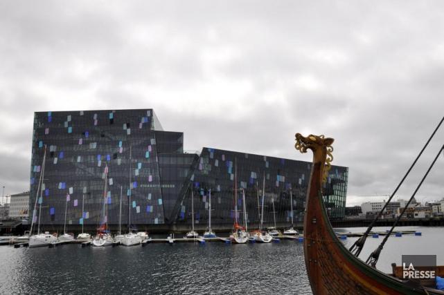 Le port deReykjavik, avec le centre culturel Harpa... (PHOTO STÉPHANIE MORIN, LA PRESSE)
