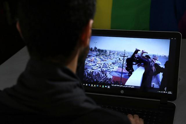 Sur cette photo du 22octobre2015, un Syrien gai... (Photo Hussein Malla, AP)