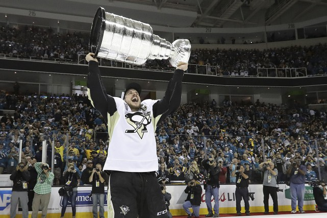 Sidney Crosby a pu lever la coupe Stanley....