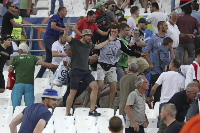 Des supporters russes.... (Photo Thanassis Stavrakis, Associated Press)