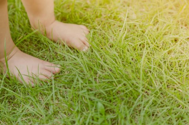 «Marcher nu-pieds renforce les muscles du pied et... (PHOTO THINKSTOCK)