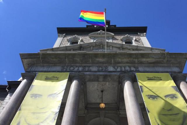 En guise de solidarité avec les victimes de la tuerie d'Orlando, des drapeaux... (Spectre Média, Jessica Garneau)