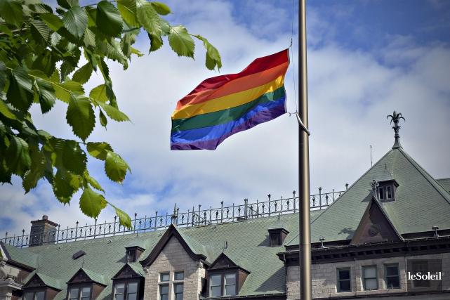 À l'hôtel de ville de Québec, le drapeau... (Le Soleil, Pascal Ratthé)