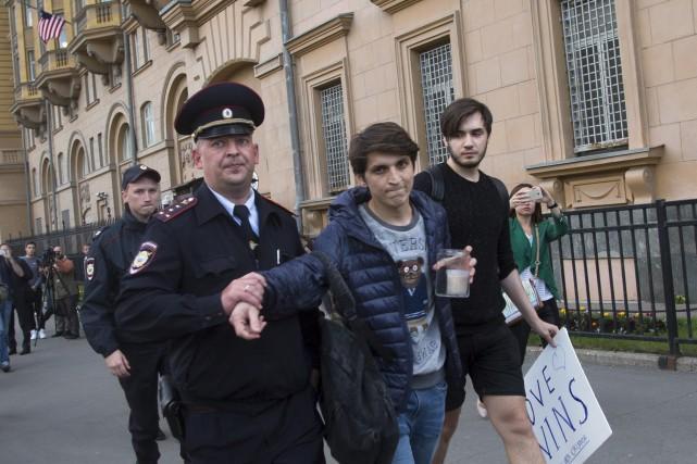 Un jeune activiste est arrêté après avoir voulu... (Associated Press)