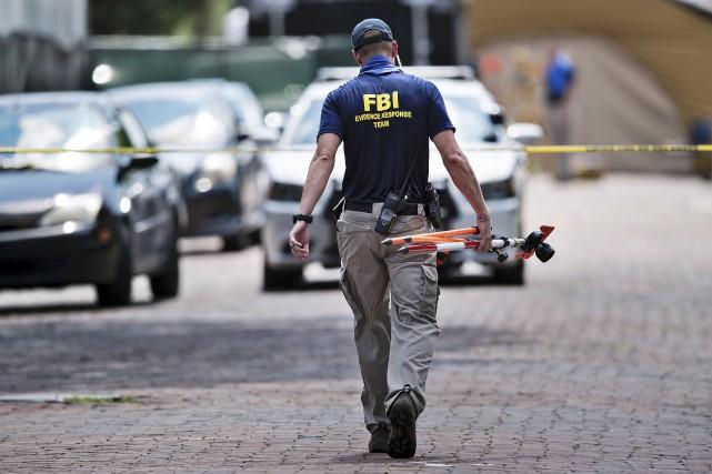 Un agent du FBI se dirige vers le... (Agence France-Presse)