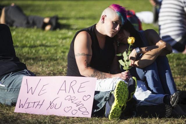À Seattle, plusieurs personnes se sont rassemblées en... (PHOTO AP)