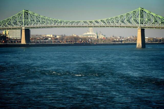 Le pont Jacques-Cartier, révélé par une oeuvre lumineuse,... (PHOTO BERNARD BRAULT, ARCHIVES LA PRESSE)