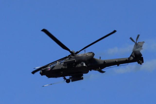 La première frappe des Apaches a eu lieu... (PHOTO REUTERS)