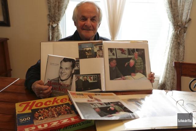 Réjean Boulet avec quelques articles de sa collection... (Catherine Trudeau, La Voix de l'Est)