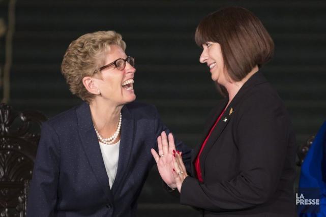 La députée d'Ottawa-Orléans, Marie-France Lalonde (à droite), hérite... (Peter Power, La Presse Canadienne)