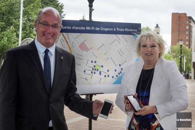 Le maire Yves Lévesque ainsi que Johanne Hinse,... (Stéphane Lessard, Le Nouvelliste)