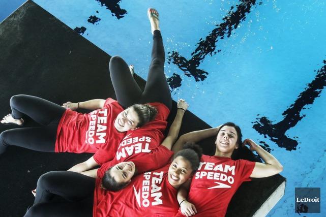 Quatre plongeuses de l'équipe canadienne, alias le «Fab... (Patrick Woodbury, Archives LeDroit)
