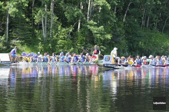Les bateaux-dragons s'affronteront sur la rivière aux Sables... (Archives Le Quotidien, Mariane L. St-Gelais)