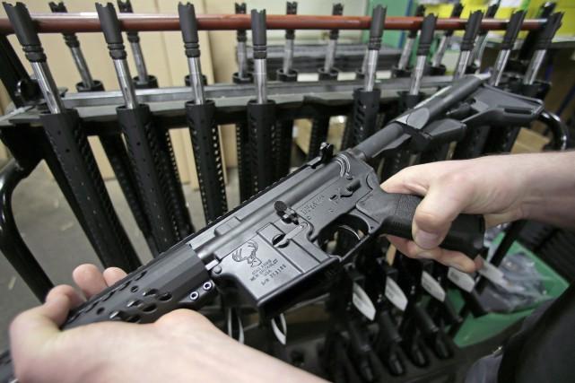 Le fusil d'assaut AR-15 est légal aux États-Unis.... (AP, Charles Krupa)