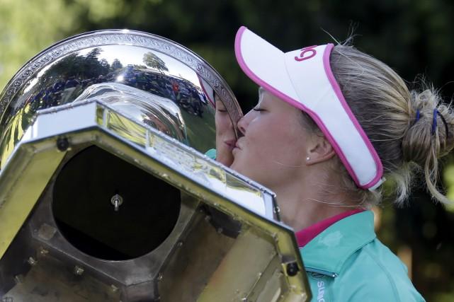 La nouvelle coqueluche mondiale du golf, la Canadienne... (Elaine Thompson, Associated Press)