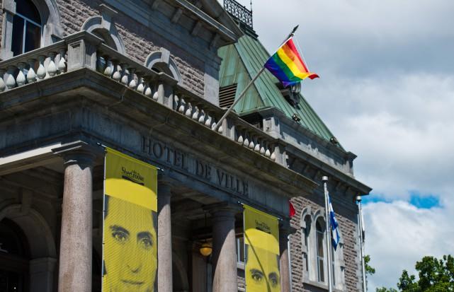 Des drapeaux arc-en-ciel flottent au vent de plusieurs... (Spectre Média, Jessica Garneau)