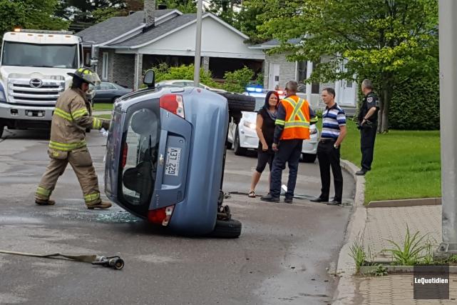 La petite Chevrolet Aveo s'est retrouvé dans une... (Photo Le Quotidien, Michel Tremblay)