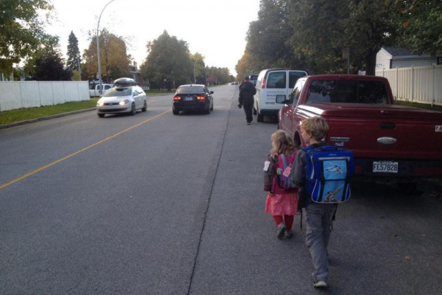 Colin, 8 ans, et Marika, 5 ans, marchent... (PHOTO FOURNIE PAR MÉLANIE BUSBY)