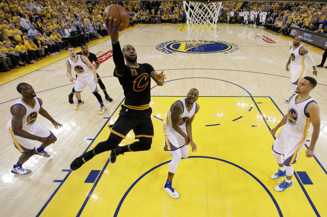 LeBron James (23) a inscrit 41 points dans... (Photo Marcio Jose Sanchez, AP)