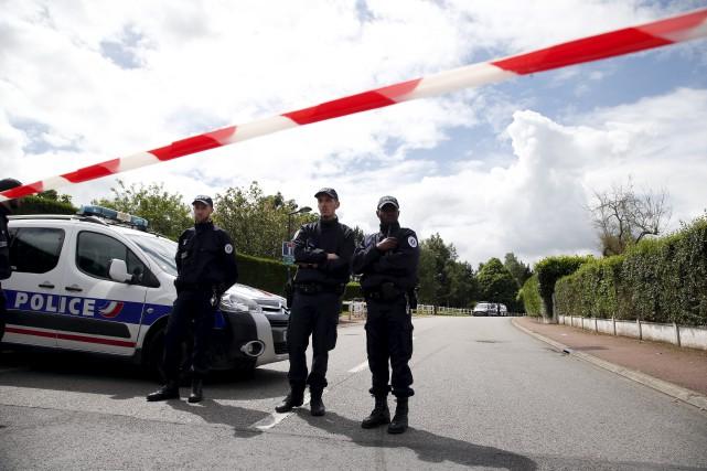 Des agents montent la garde sur la route... (AP, Thibault Camus)