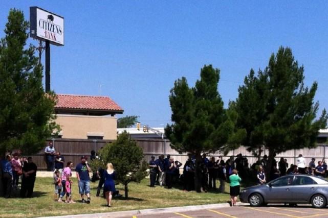 Les policiers se sont faufilés dans le magasin... (PHOTO AP)