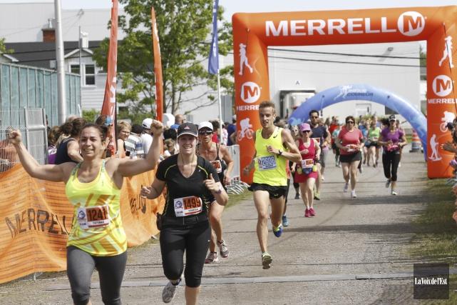 Près de 4000coureurs avaient pris part à la... (Julie Catudal, Archives La Voix de l'Est)