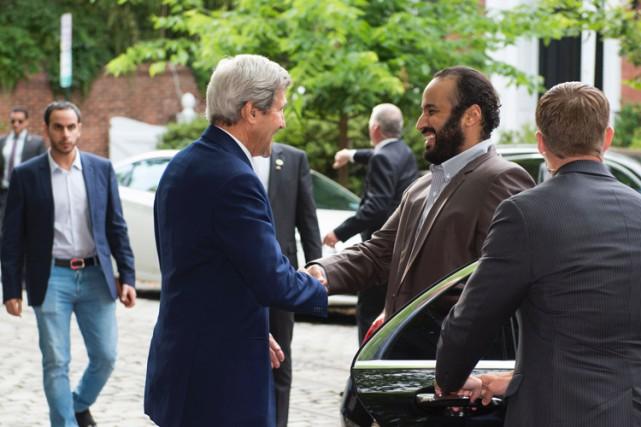 Le secrétaire d'État John Kerry et l'influent vice-prince... (PHOTO AFP)