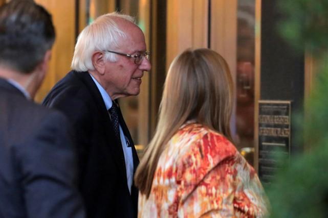 Bernie Sanders et sa femme à leur arrivée... (PHOTO AFP)