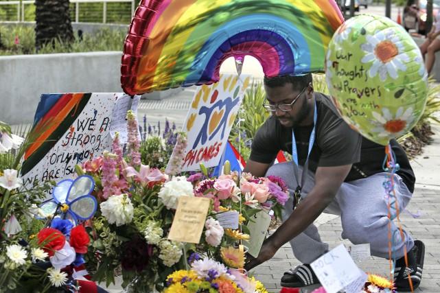 Un homme rend hommage aux victimes de la... (AP, Joe Burbank)