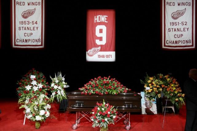 Le cercueil de Gordie Howe était en chapelle... (La Presse Canadienne, Nathan Denette)